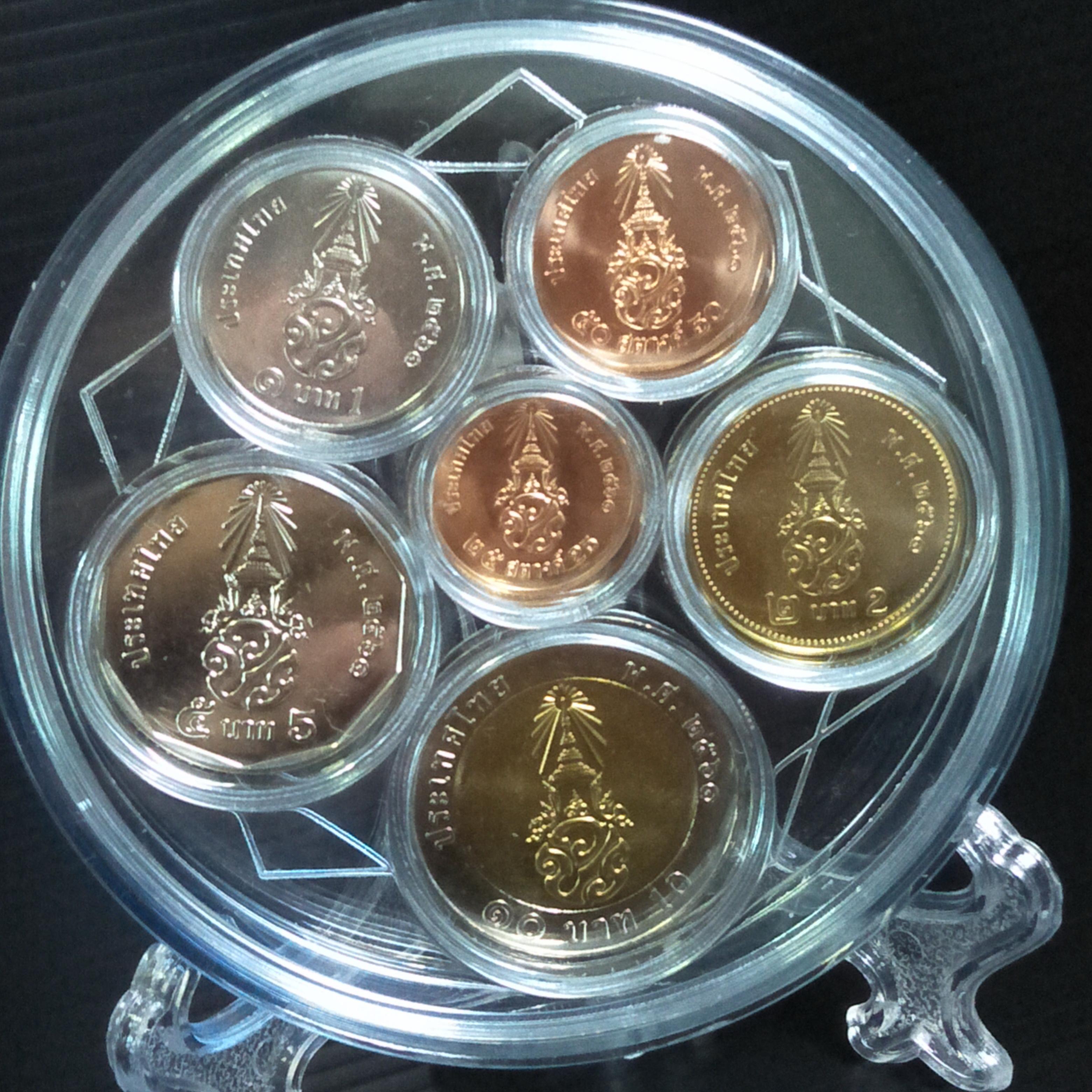 ชุดเหรียญหมุนเวียนรัชกาลที่ 10 ปี พ.ศ. 2561 บรรจุในตลับอะคริลิคพร้อมขาตั้ง